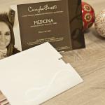 O conjunto, cartão e envelope, forma um convite lindo e cheio de detalhes.