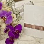 Convite de casamento clássico e o buquê real da noiva.