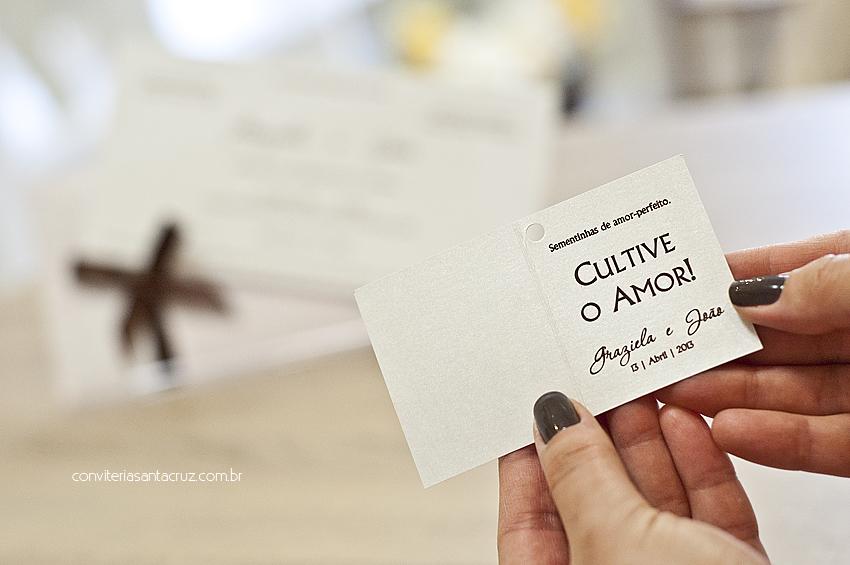 Super delicada essa tag de lembrancinhas que os noivos ficaram em saquinhos com sementes de amor-perfeito.