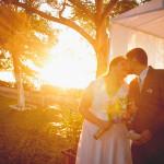 Amor e romantismo em casamento sob a luz do pôr do sol.