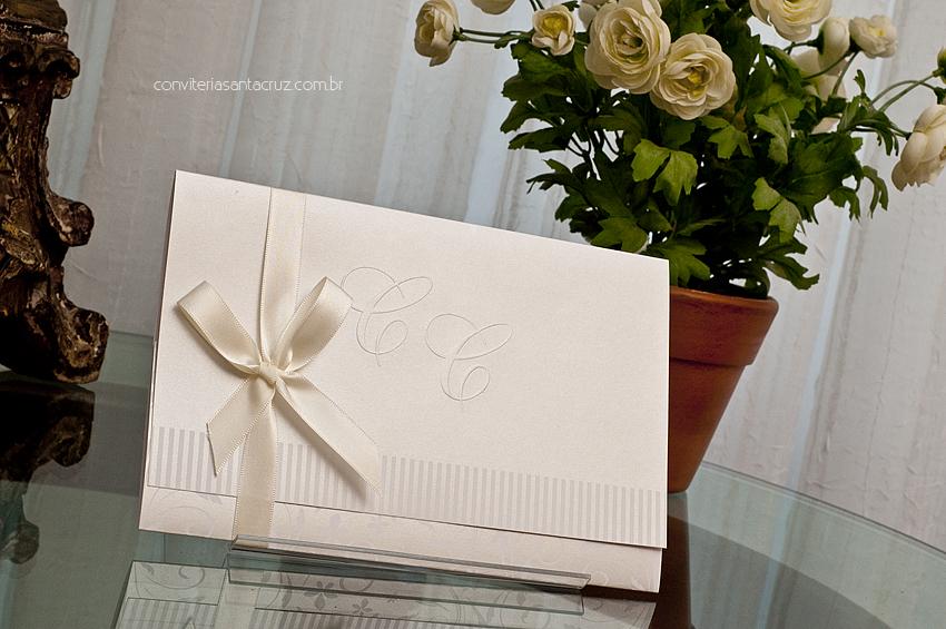 Convite de casamento com monograma em relevo seco, listras e arabescos em cobertura perolizaada.