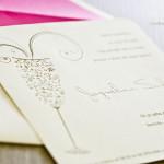 Impressão do cartão em silkscreen dourado sobre papel telado.