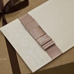 Detalhe do laço Chanel duplo em fita de cetim nude.