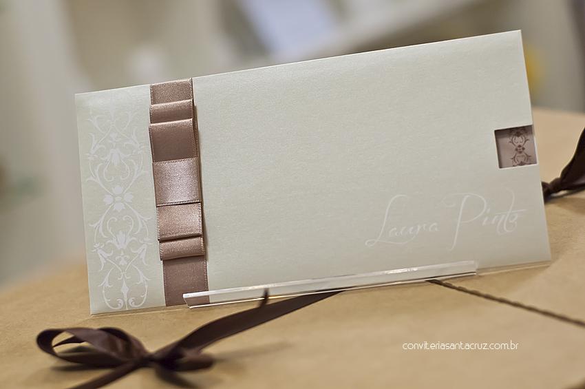 Envelope com cobertura perolizada e laço Chanel duplo.