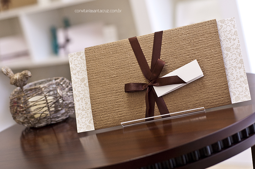 Convite de casamento rústico-chique com luva em papel linhão e acabamento em fita de cetim.