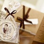 As bolachinhas de chope foram personalizadas com cartoon dos noivos.