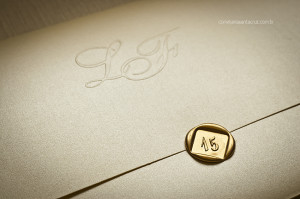 Detalhe do fechamento com lacre de cera dourado e do monograma da debutante.
