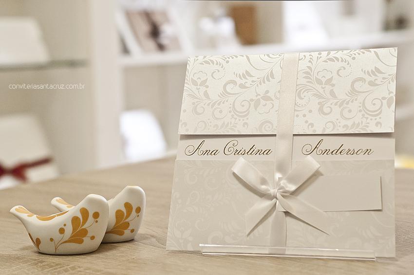 Convite com arabescos florais e cobertura perolizada.