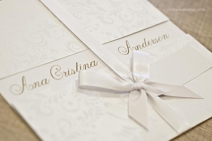 Convite de casamento com acabamento em fita de cetim com amarração simples.