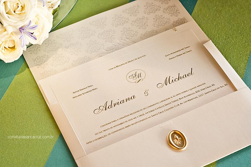 Além do lacre de cera, o convite possui forro com padrão damasco e texto do cartão em relevo americano.