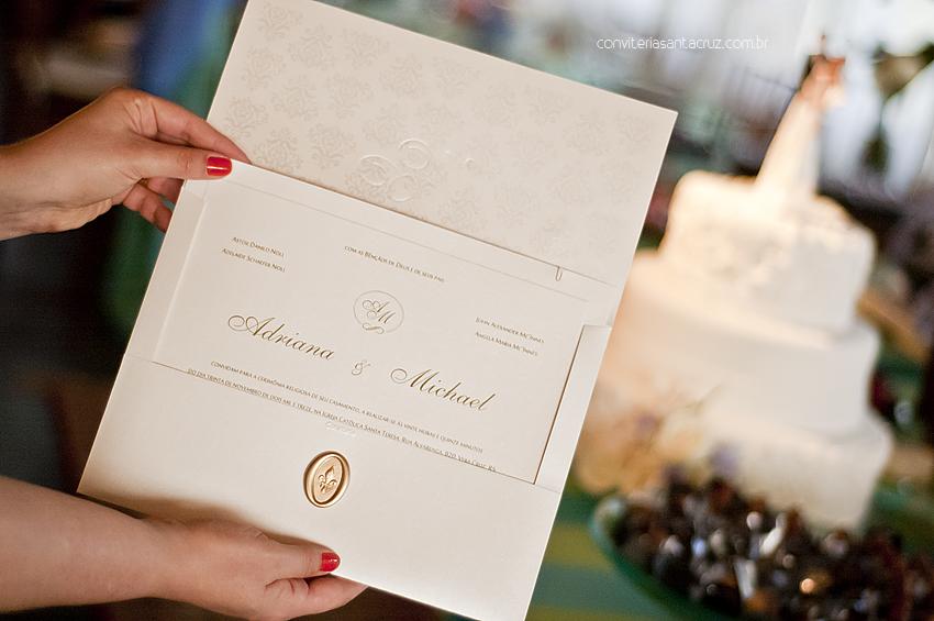 Visto no ambiente da festa, este convite de casamento fica ainda mais chique e sofisticado.