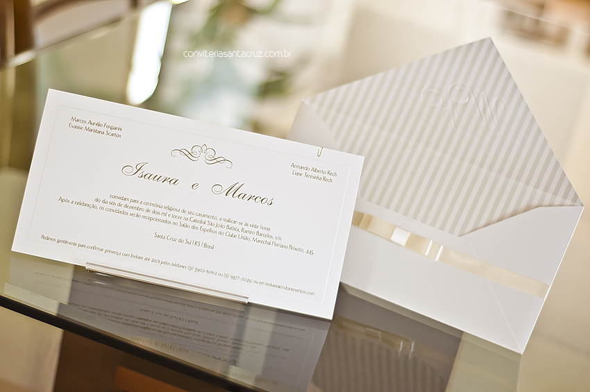 Composição delicada e bem distribuída dão nobreza a este convite de casamento.