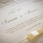 O relevo americano dourado utilizado para imprimir o texto deixa o material fino e sofisticado.