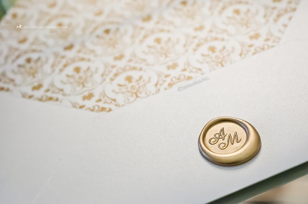 Detalhe do lacre de cera com as iniciais dos noivos.