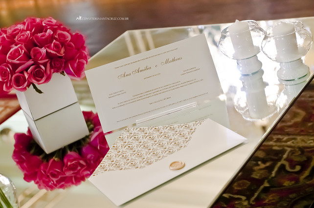 Envelope tradicional e cartão em relevo americano dourado.
