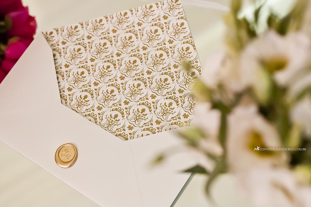 Detalhe do padrão damasco utilizado para personalizar o forro do envelope.