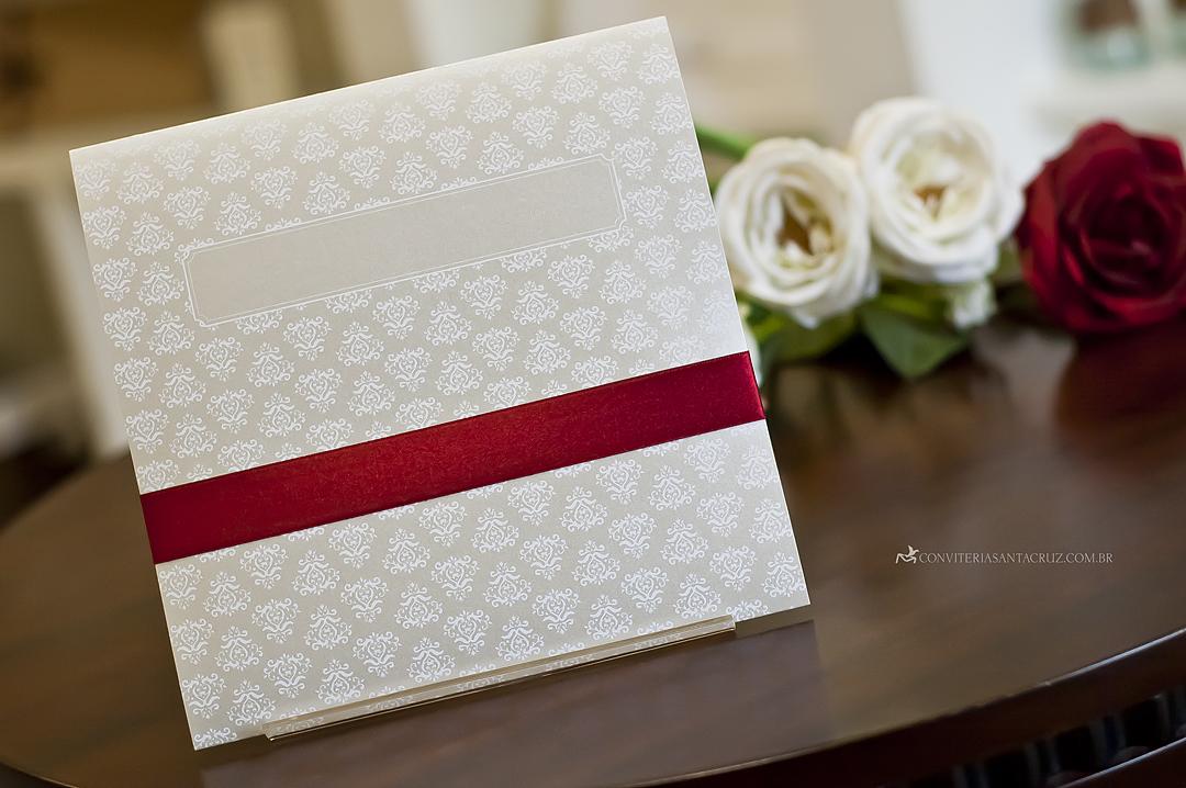 No verso do convite, o padrão damasco dá espaço para a caixa de subscrição.