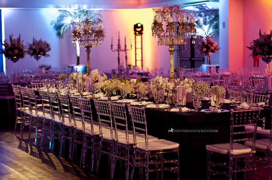A suntuosa mesa dos noivos, pais e padrinhos.