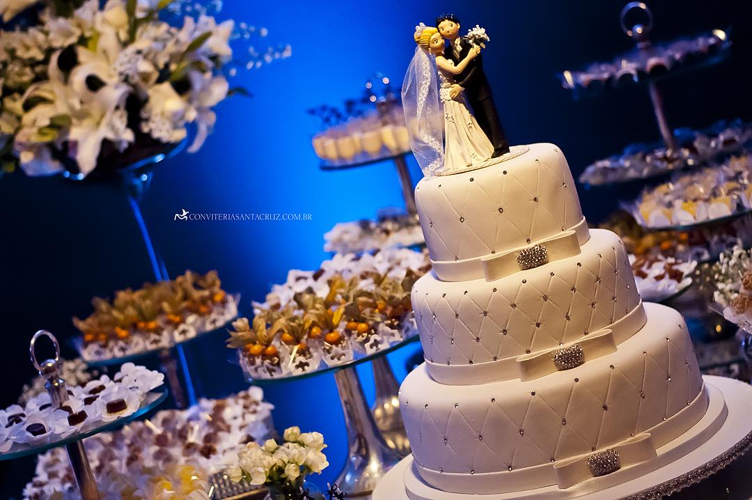 A mesa do bolo e dos doces finos: impecável.