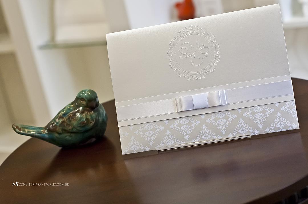 Convite lindo e elegante com monograma exclusivo.