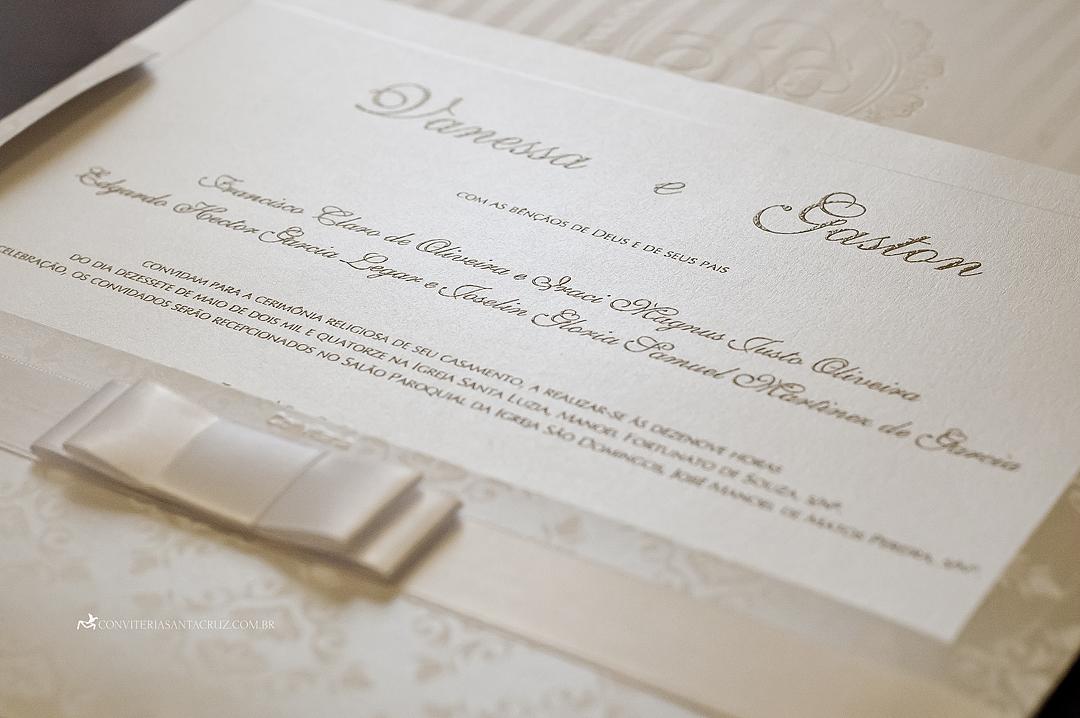 Detalhes do laço Chanel e da impressão do cartão em relevo americano dourado.