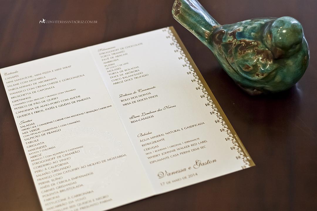 Na parte interna do cardápio, foi utilizada no cardápio mesma composição tipográfica do convite.