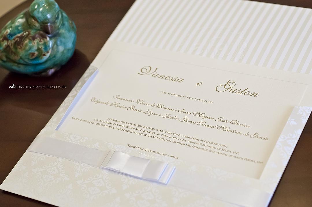 Convite tradicional e elegante com forro padronizado e acabamento com laço Chanel.