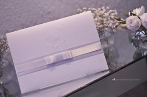 O convite em papel microcotelê e monograma exclusivo.