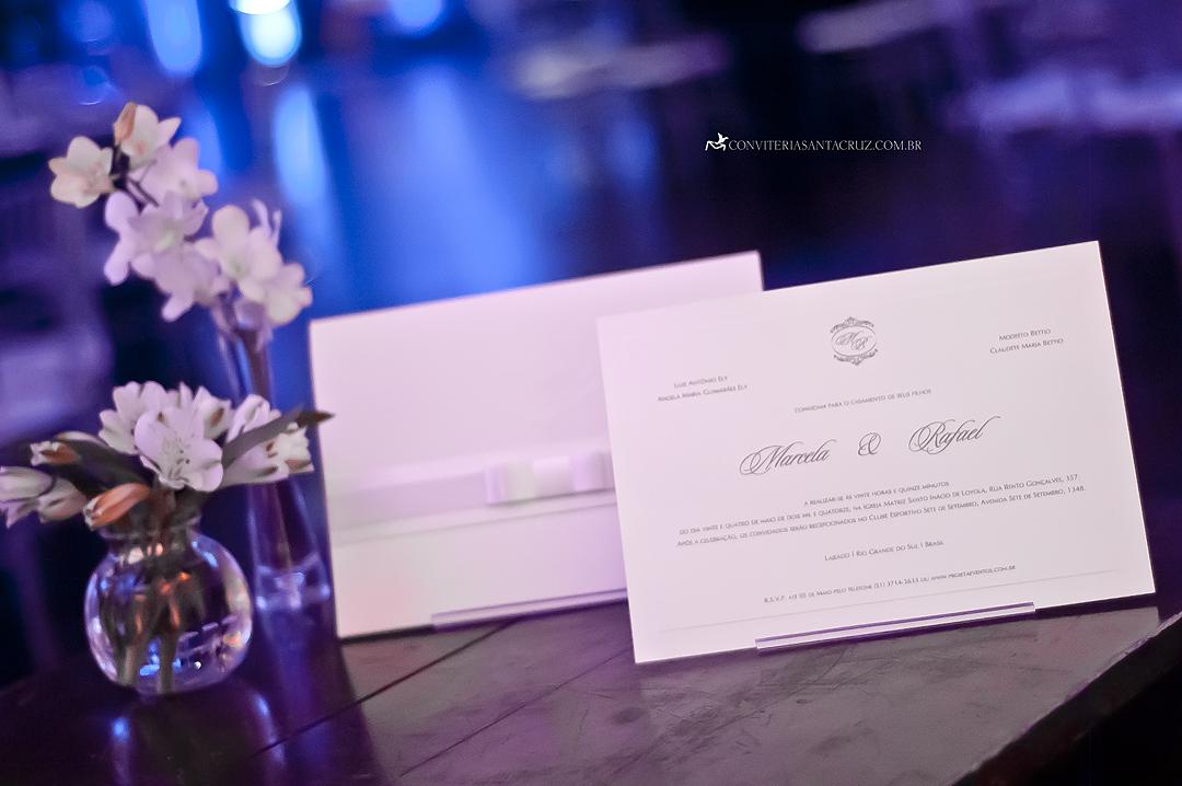 Convite de casamento: combinação elegante e harmônica de materiais.