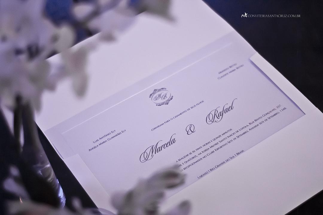 Detalhe da impressão em relevo seco do convite.