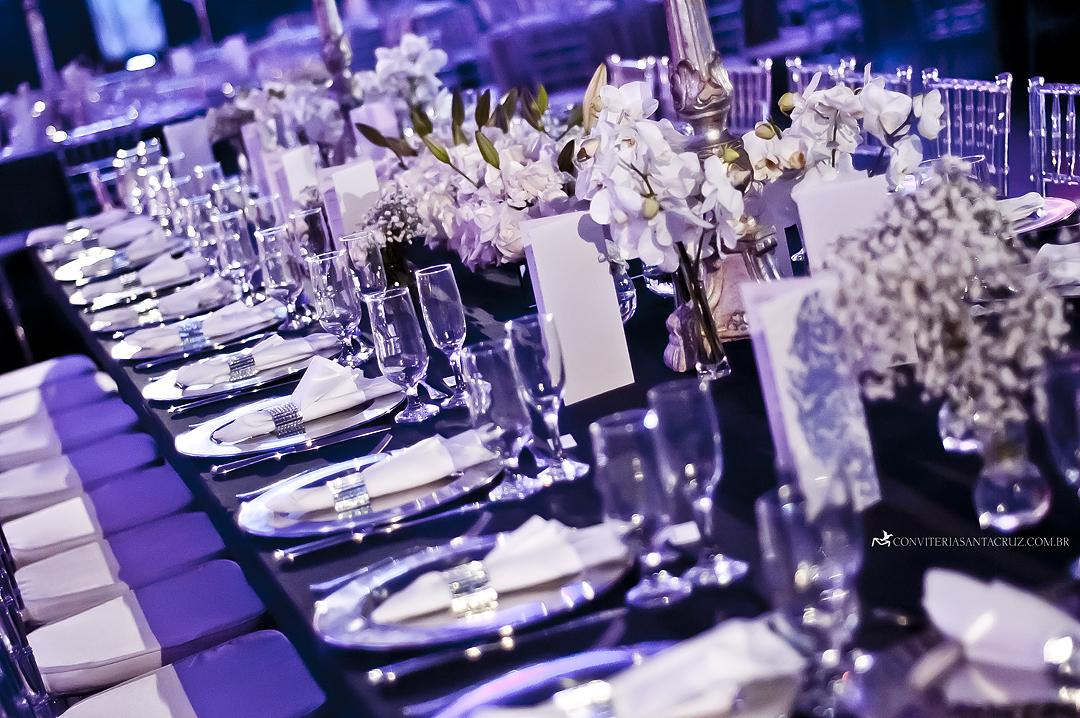 Detalhe dos cardápios integrados à decoração da mesa dos noivos.
