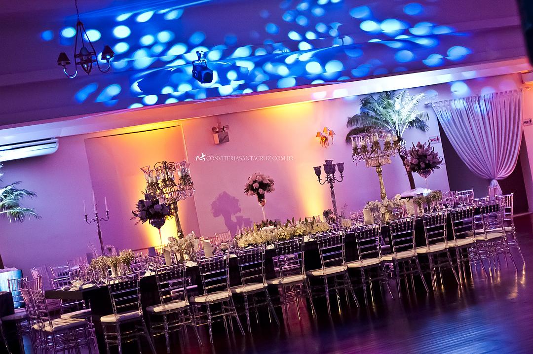Ambiente com iluminação cênica e impecavelmente decorado.