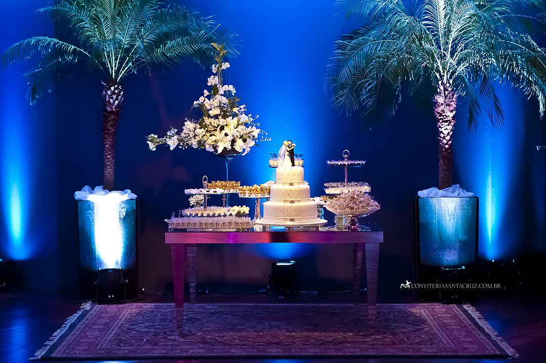 Ambiente criado para a mesa do bolo e doces finos.