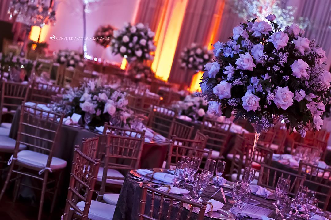 Arranjos florais lindos nas mesas da recepção do casamento.