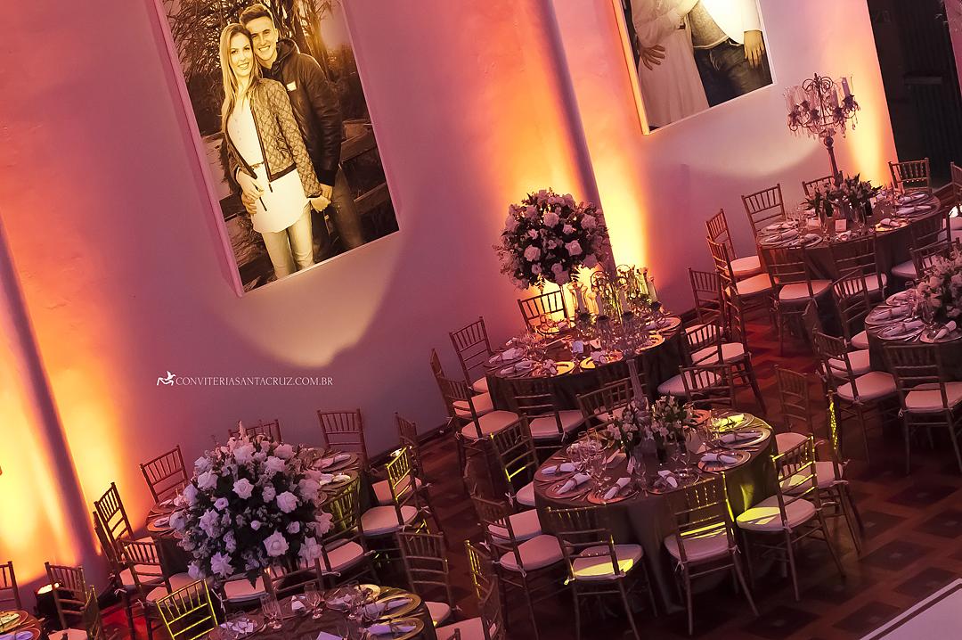 Lindos painéis com fotografias dos noivos na decoração.