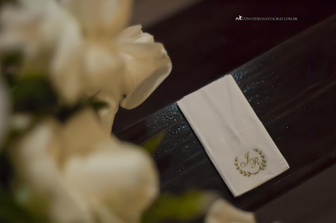 """Lencinhos """"lágrimas de alegria"""" com o monograma criado pela Conviteria Santa Cruz."""