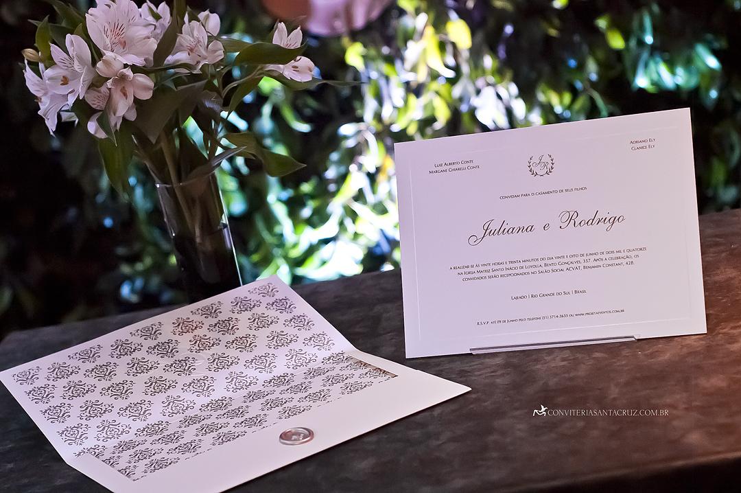 Convite de casamento chique com forro personalizado e texto em relevo americano.