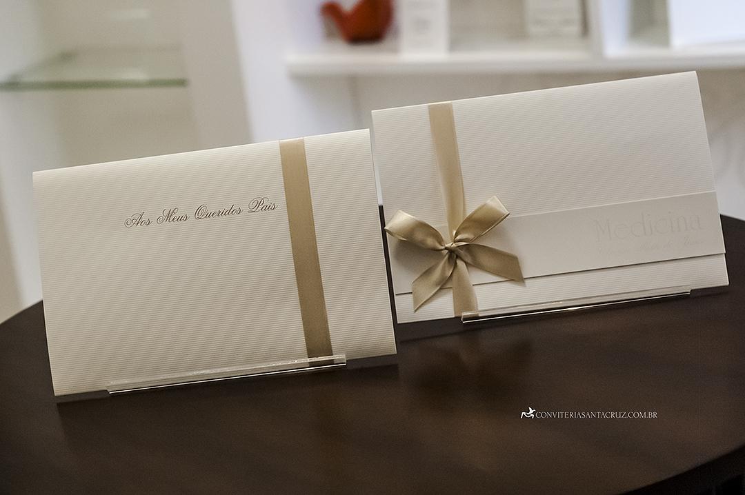 Convite em papel microcotelê com acabamento em laço simples.