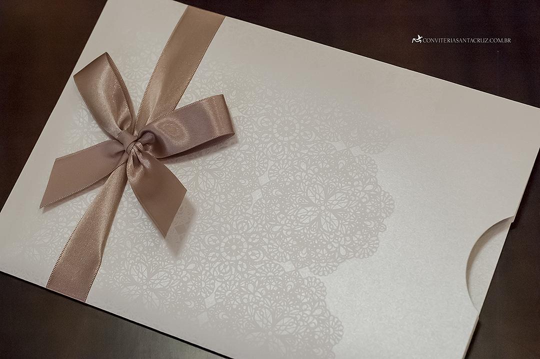 Detalhe da renda empregada na impressão do envelope.