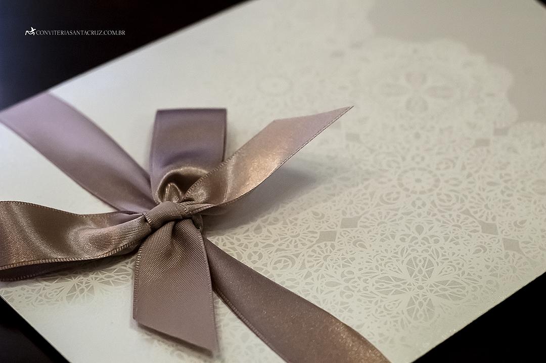 Detalhe do laço simples e da impressão com padronagem de renda.