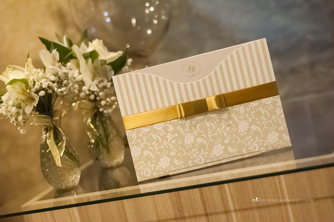 Convite de casamento com cobertura perolada ouro.