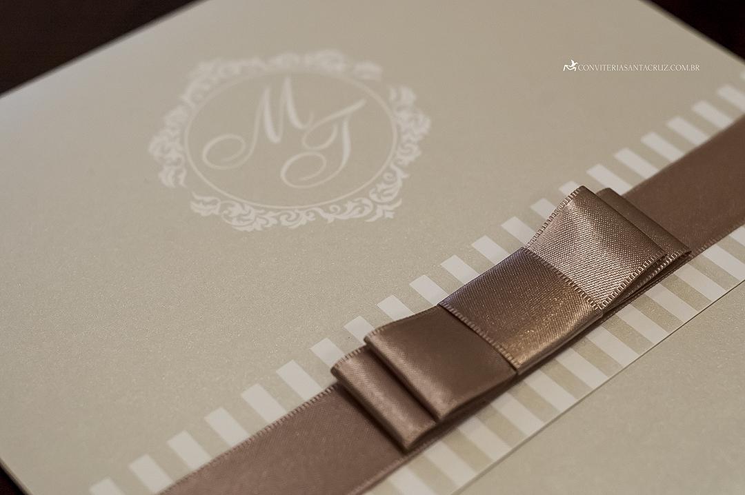 Detalhe do laço Chanel e do brasão dois noivos.