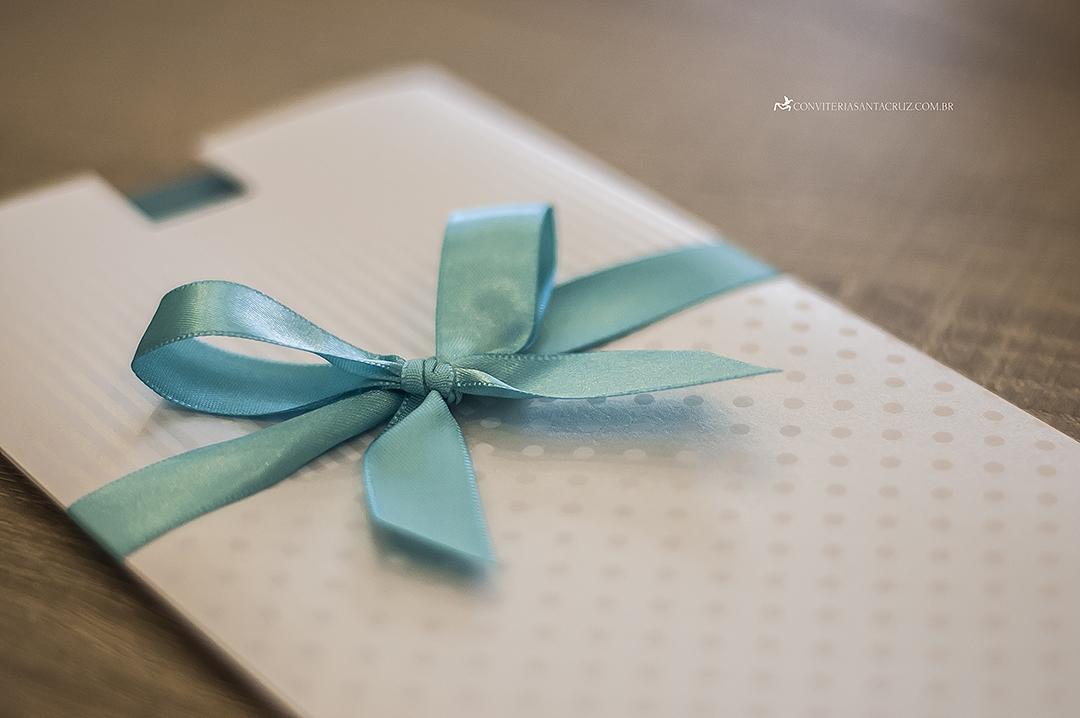 Detalhe do acabamento em fita de cetim azul Tiffany com amarração simples.