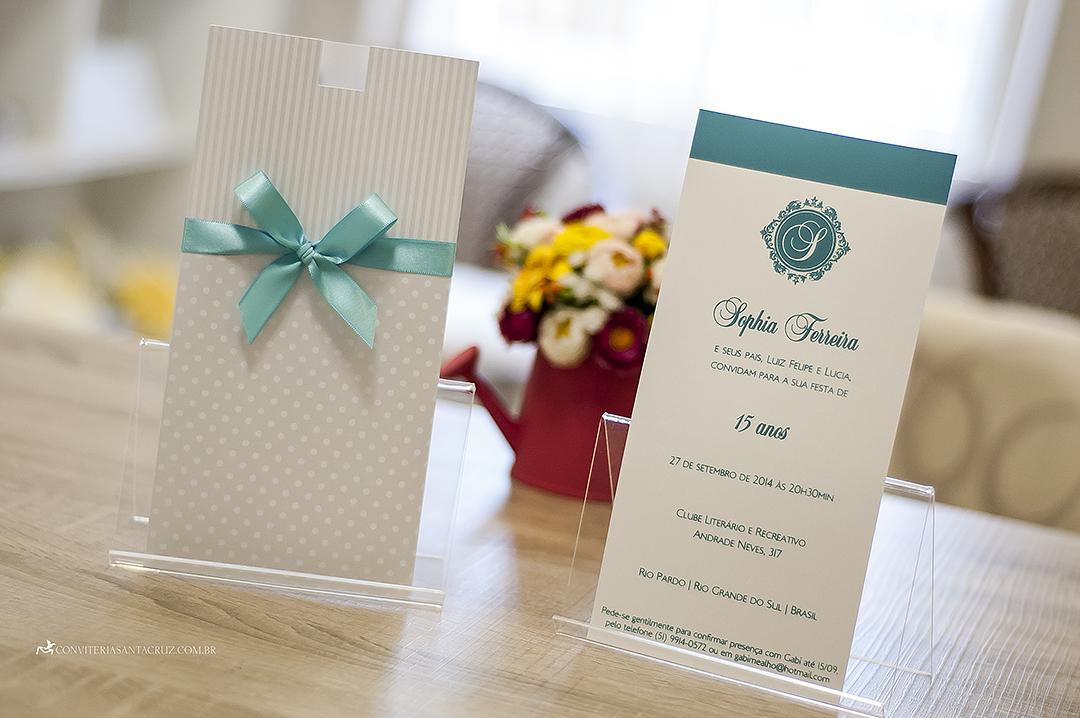 Convite de 15 anos que combina listras, poás e detalhes em azul Tiffany.