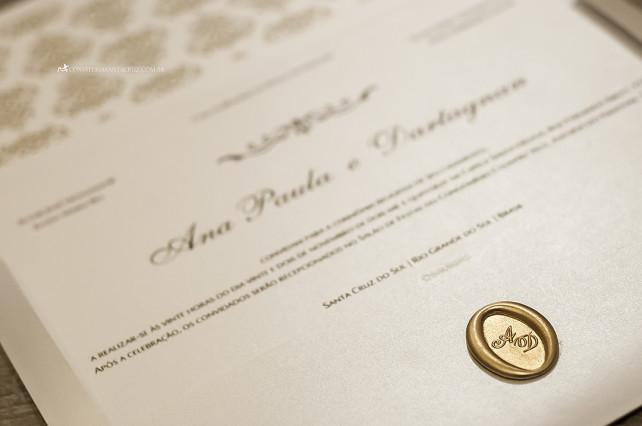 Detalhe do lacre de cera dourado personalizado com o monograma do casal.