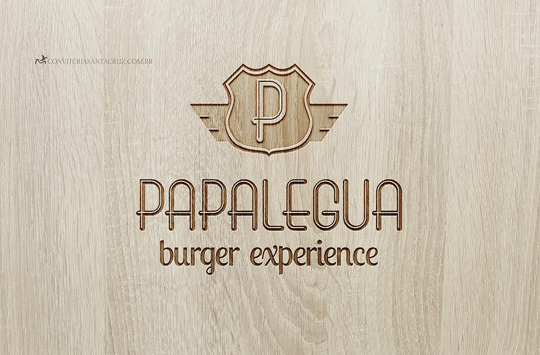 Simulação do logotipo entalhado na madeira.