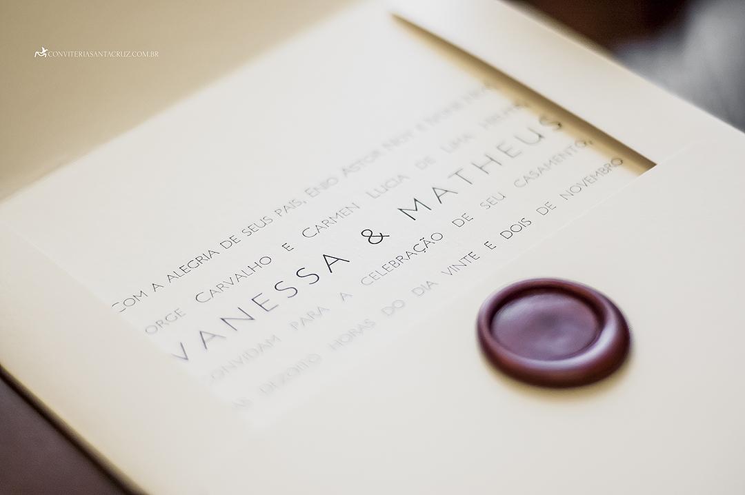 Detalhe do lacre de cera e da impressão em letterpress.