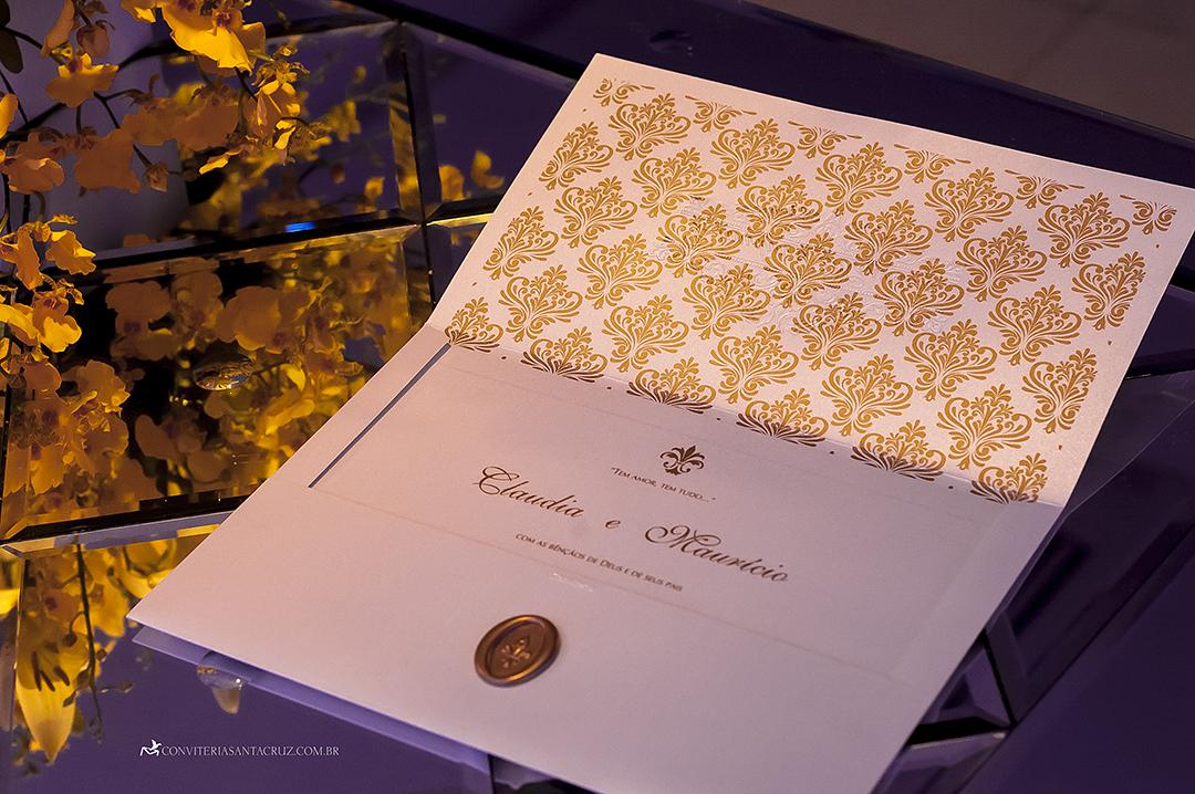 Convite de casamento: elegância e sofisticação no forro com padrão adamascado.