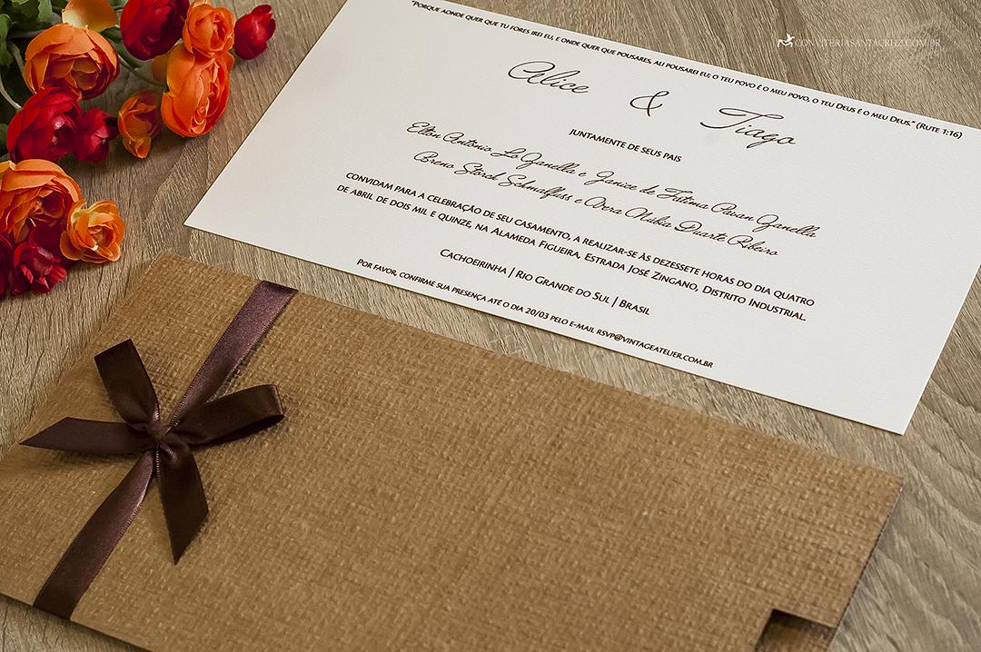 Convite de casamento rústico-chique em papel linhão e acabamento com laço simples.