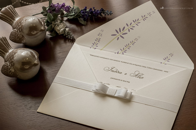 Convite de casamento simples e delicado com forro personalizado e laço de gorgurão.